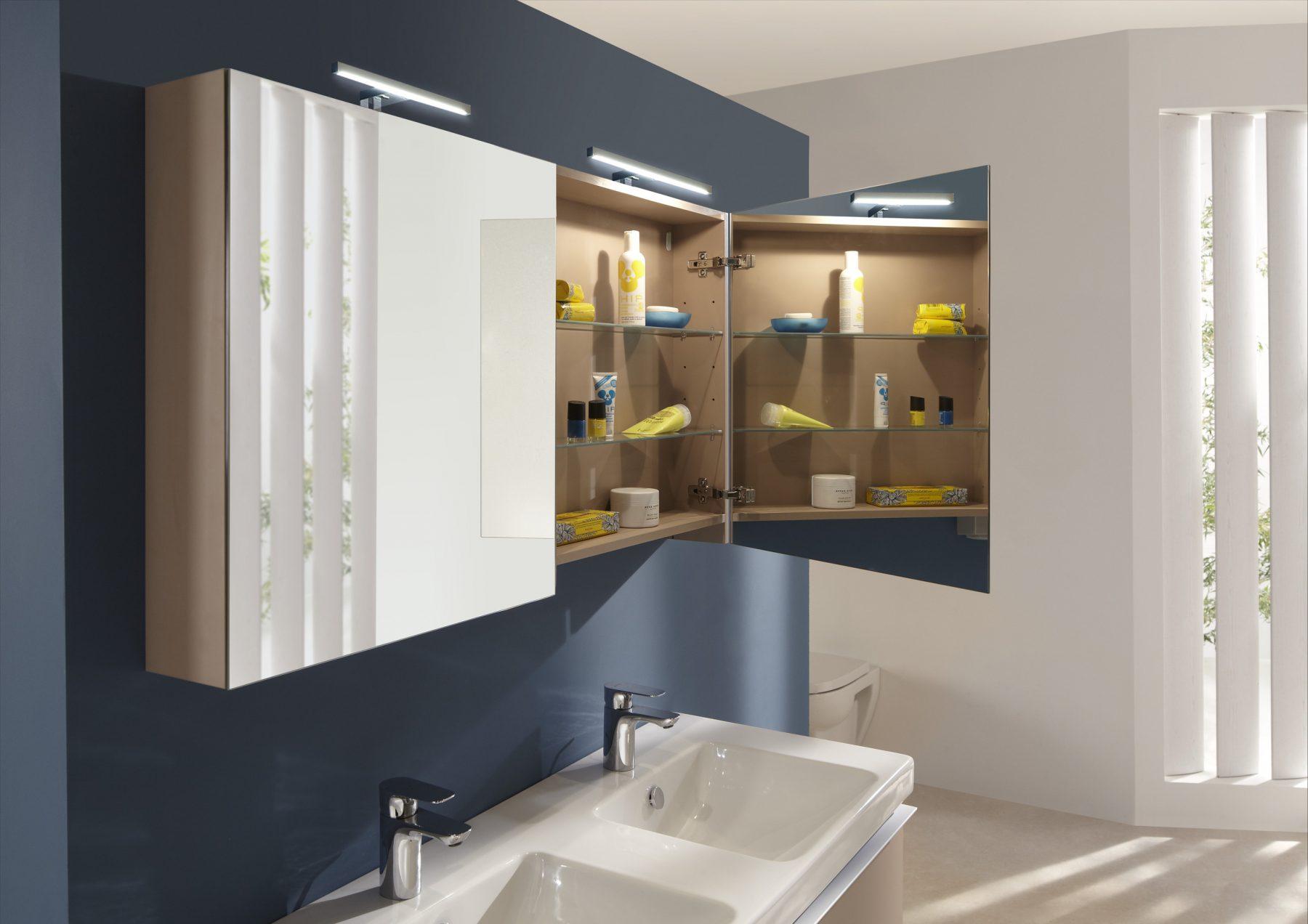 les armoires miroirs classiques dans la salle de bains. Black Bedroom Furniture Sets. Home Design Ideas