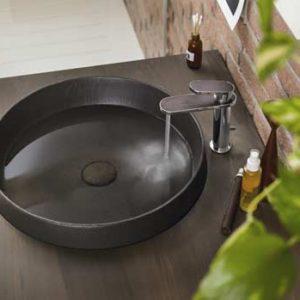 Mitigeur de lavabo Dress de Nobili sur une vasque marron