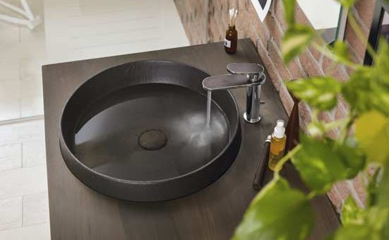 Mitigeur de lavabo Dress de Nobili sur une vasque marron